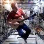 เล่นกีตาร์นอกโลก (บนอวกาศ) คนแรก